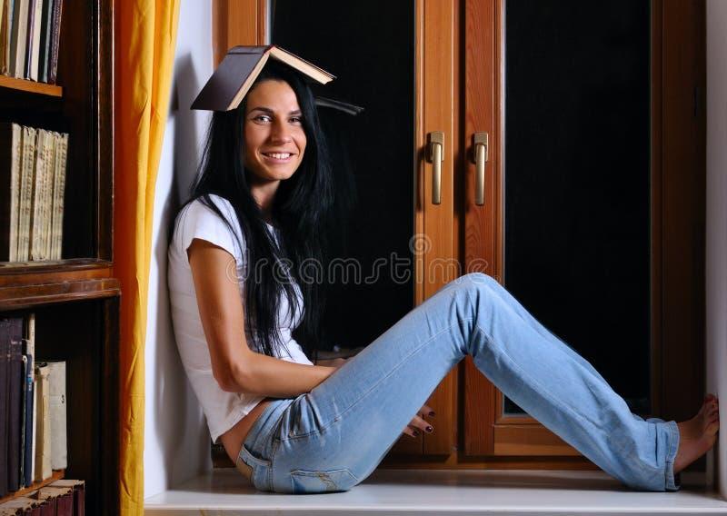 Download A Mulher Está Sentando-se No Indicador Com Livro Imagem de Stock - Imagem de leitura, divertimento: 16867789
