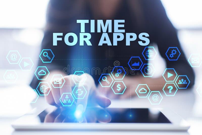 A mulher está usando o PC da tabuleta, está pressionando-o na tela virtual e está selecionando-o a hora para apps imagens de stock
