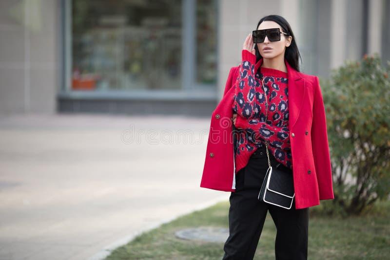 Mulher estilosa de negócios com roupas vermelhas Linda jovem senhora imagem de stock royalty free