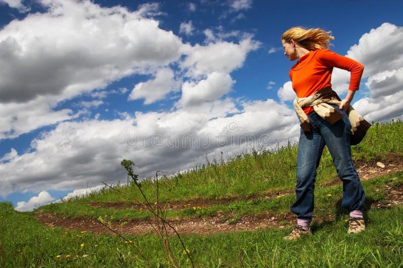 Mulher, estrada e nuvens. Sibir. imagens de stock