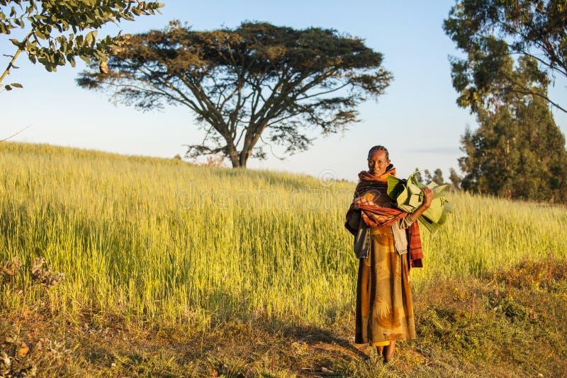 Mulher etíope com folhas da banana imagens de stock royalty free