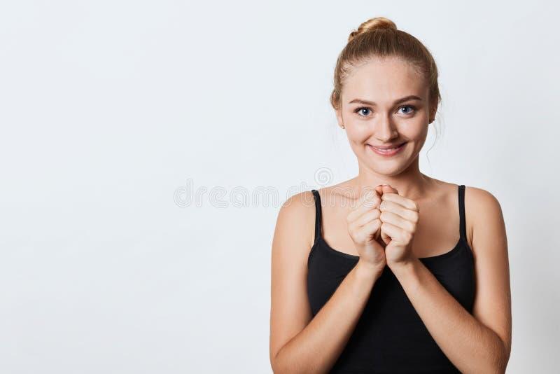 A mulher europeia curiosa olha a câmera com antecipação e excitamento como vê surpresa preparada pelo noivo, quer conhecer que imagens de stock