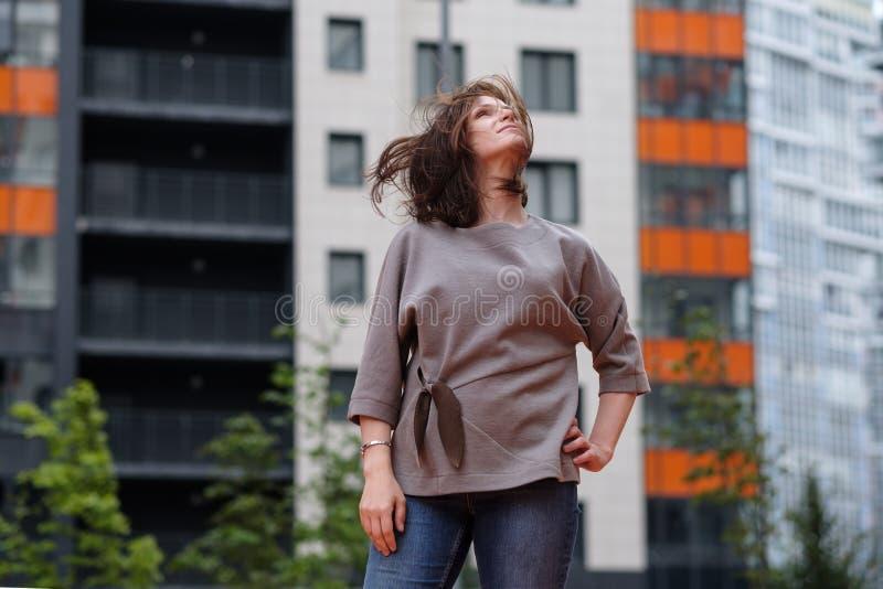 Mulher europeia que está no levantamento da rua fotos de stock royalty free