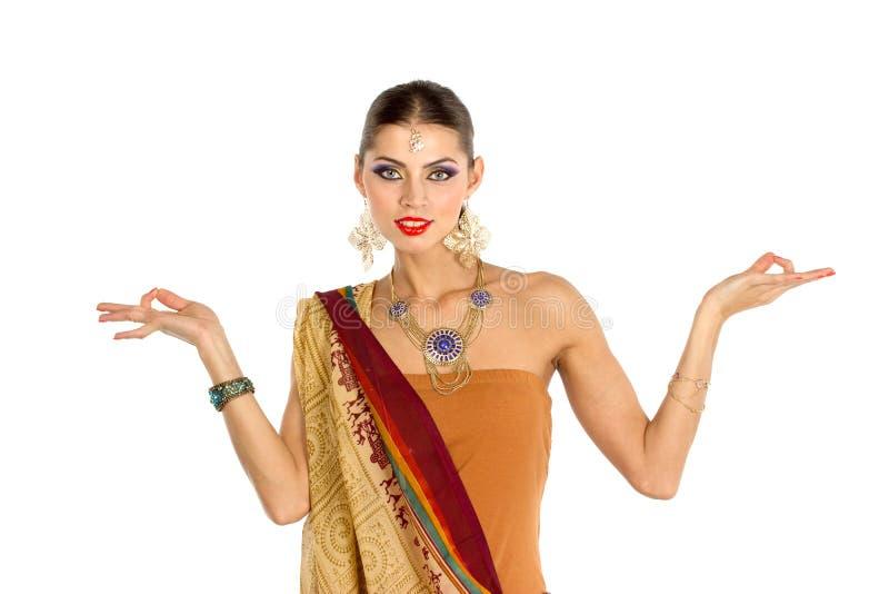Mulher europeia que levanta no estilo indiano imagem de stock