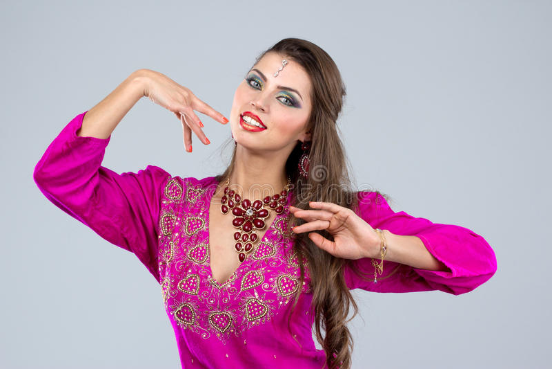 Mulher europeia que levanta no estilo indiano fotografia de stock royalty free