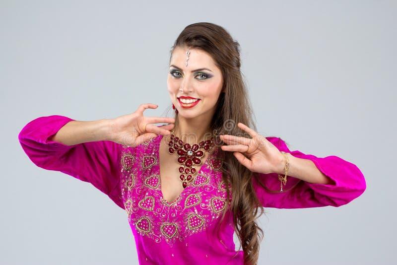 Mulher europeia que levanta no estilo indiano imagens de stock royalty free