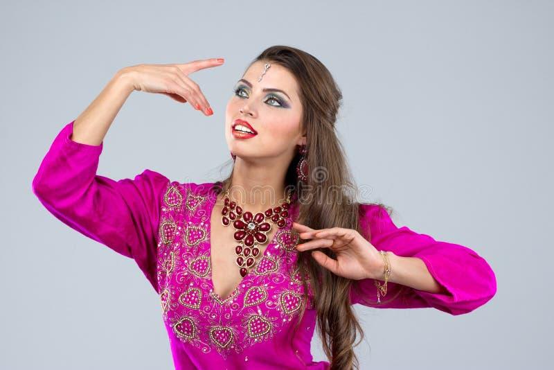 Mulher europeia que levanta no estilo indiano foto de stock