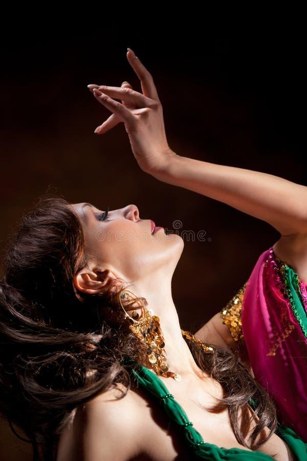 Mulher exótica bonita do dançarino de barriga fotos de stock royalty free