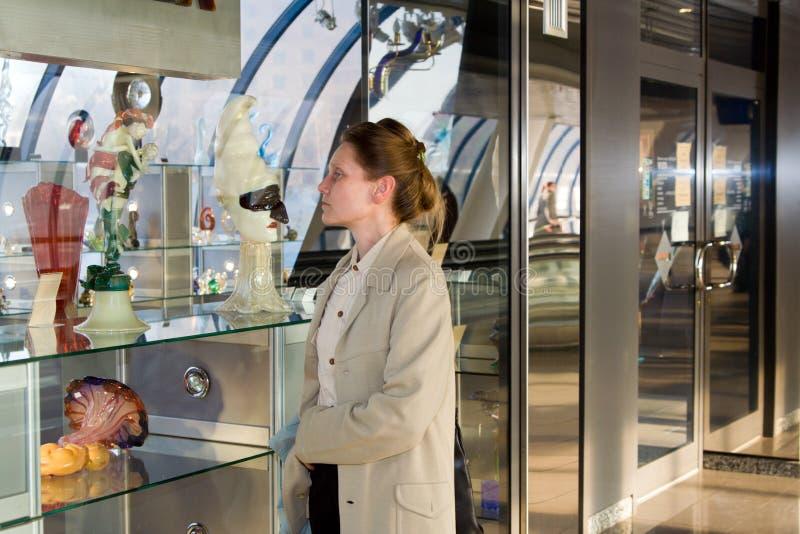 A mulher examina o mostrar-indicador imagens de stock