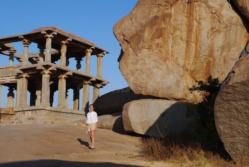 A mulher examina templos antigos imagem de stock royalty free