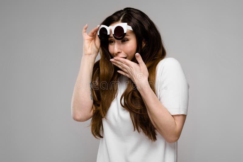 Mulher excesso de peso atrativa nos óculos de sol imagem de stock royalty free