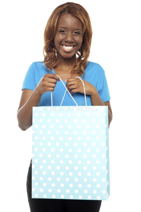 Download Mulher Excited Que Abre O Saco De Compra Imagem de Stock - Imagem de ocasional, fantasia: 26509713