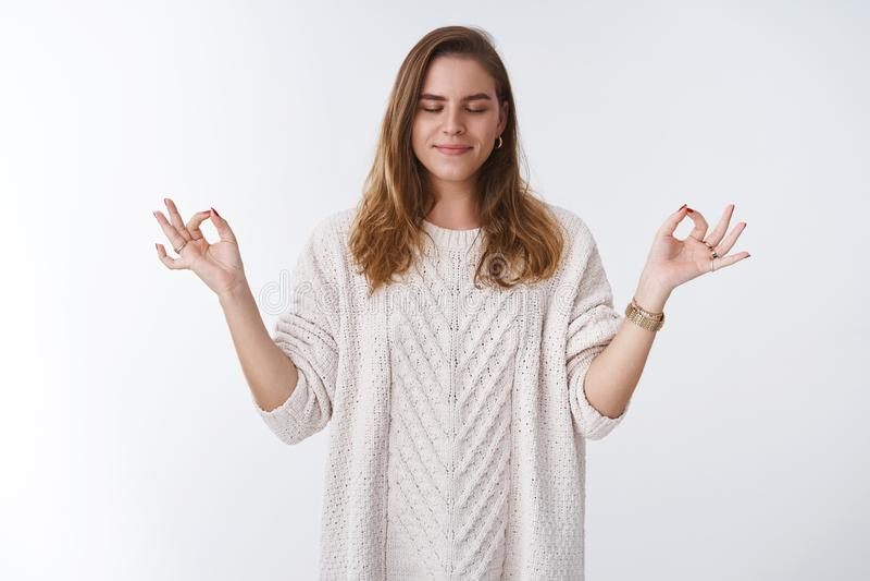 A mulher executa a paciência de respiração do recolhimento da prática da ioga calma abaixo do sorriso feliz de sentimento amplame imagens de stock