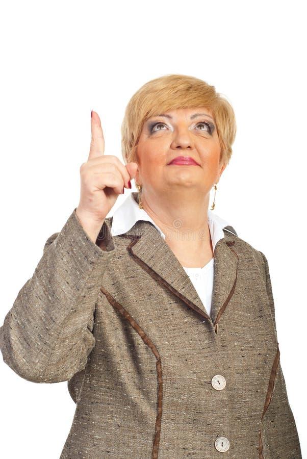 Mulher executiva envelhecida média que aponta acima fotos de stock