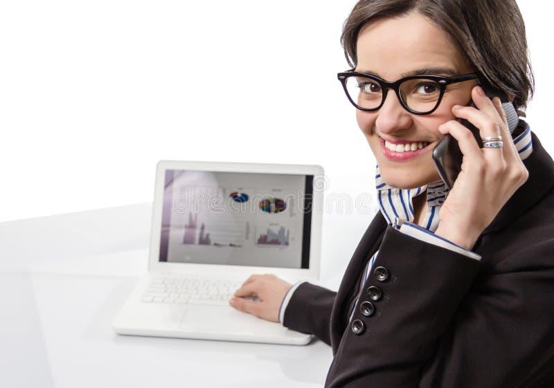 Mulher executiva nova que trabalha no computador portátil a imagem de stock