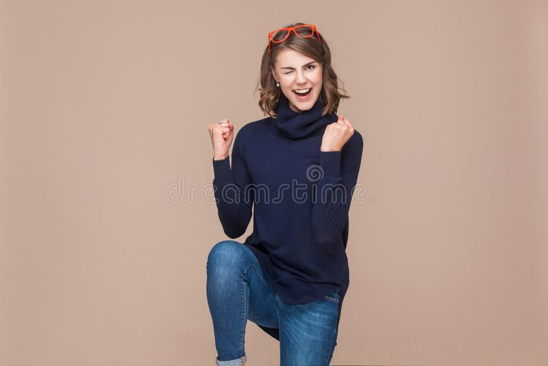 Mulher expressivo bem sucedida que exulta sua vitória fotografia de stock royalty free