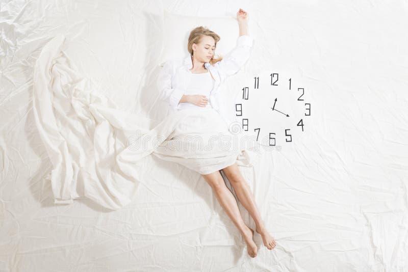 Mulher expressivo que dorme, sonhando o conceito imagem de stock