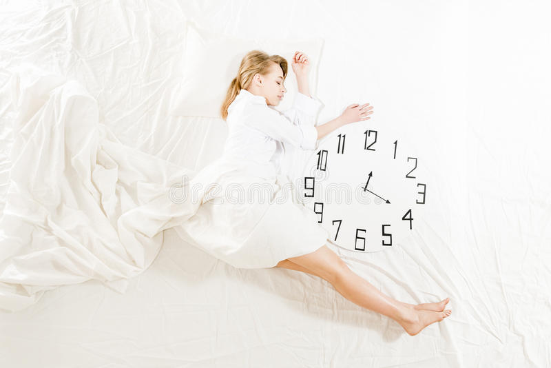Mulher expressivo que dorme, sonhando o conceito foto de stock