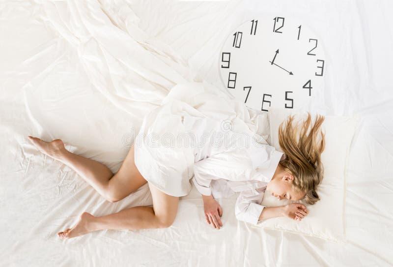 Mulher expressivo que dorme, sonhando o conceito fotos de stock