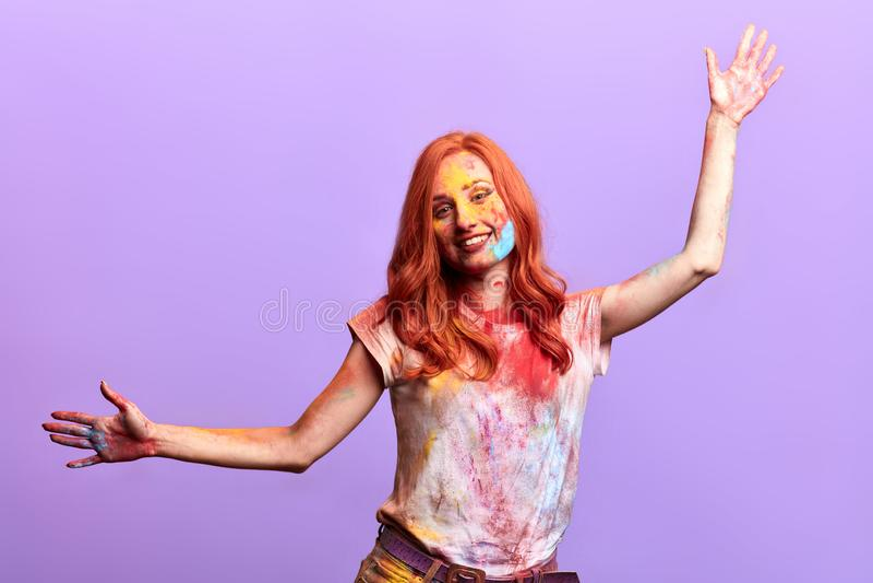 Mulher extático que aumenta seus braços, expressando a felicidade, humor positivo imagens de stock