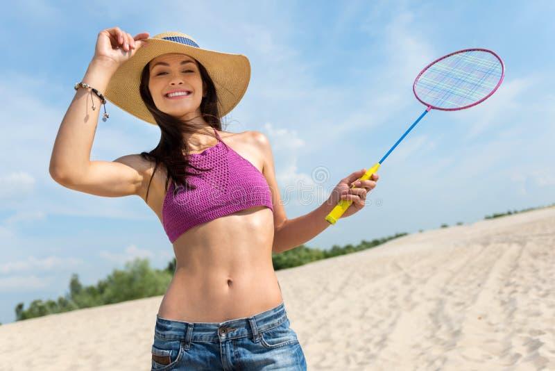 Mulher extático que joga o badminton imagem de stock