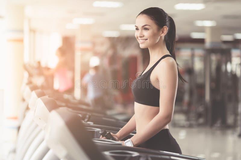 Mulher extático que sorri em um gym imagens de stock royalty free