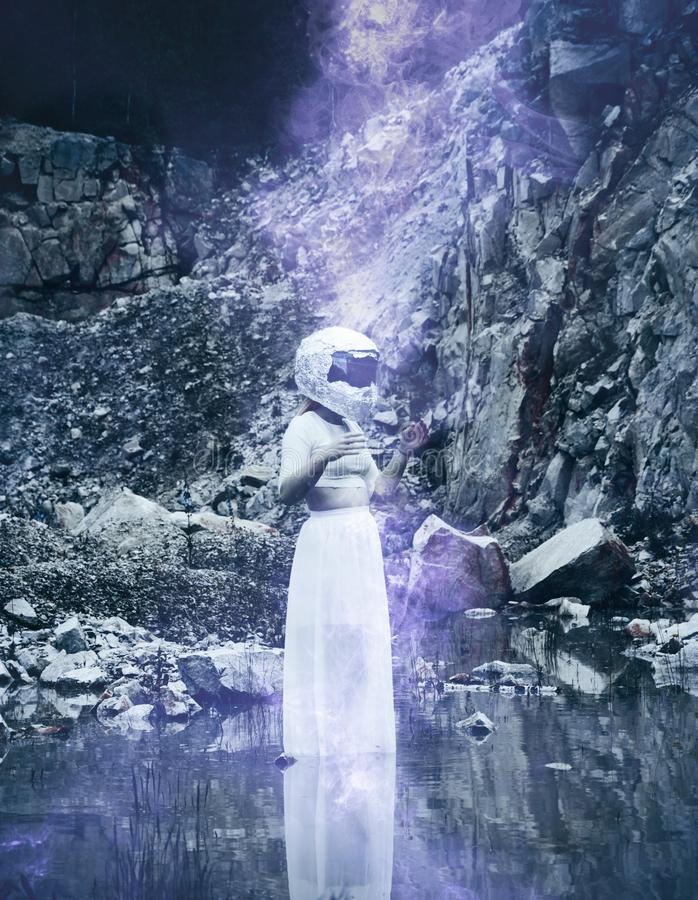 Mulher extraterrestre com o capacete na cena rochosa imagens de stock royalty free