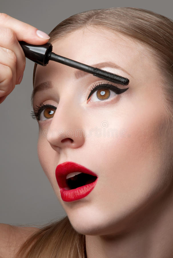 A mulher eyes com bonito compõe e as pestanas longas Escova do rímel foto de stock