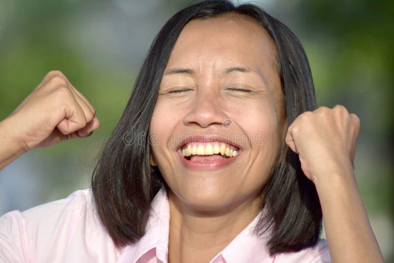Mulher fêmea asiática atrativa bem sucedida imagens de stock royalty free