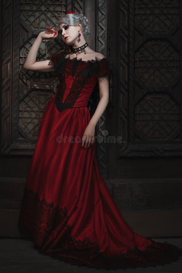 Mulher fabulosa no vestido vermelho imagens de stock royalty free