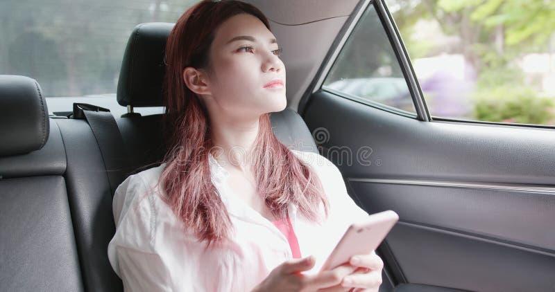 A mulher fala o telefone com o acidente imagens de stock royalty free