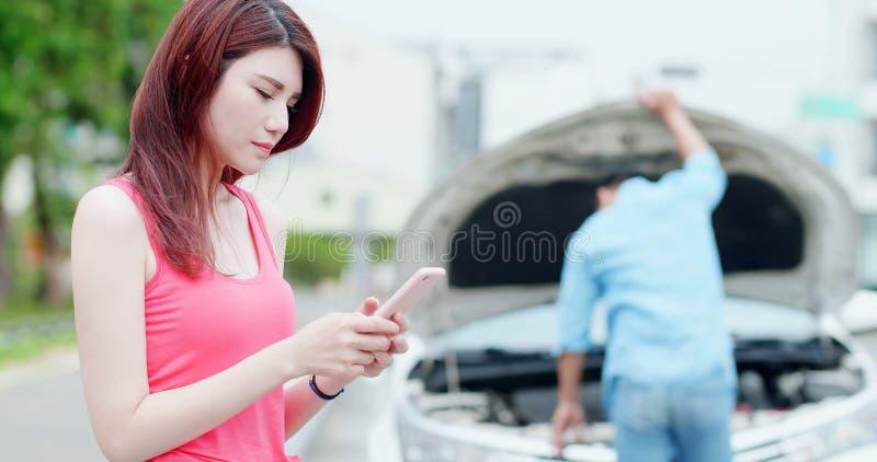 A mulher fala o telefone devido ao acidente fotografia de stock