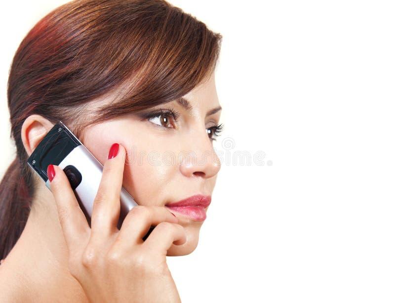 A mulher fala pelo telefone móvel l imagens de stock