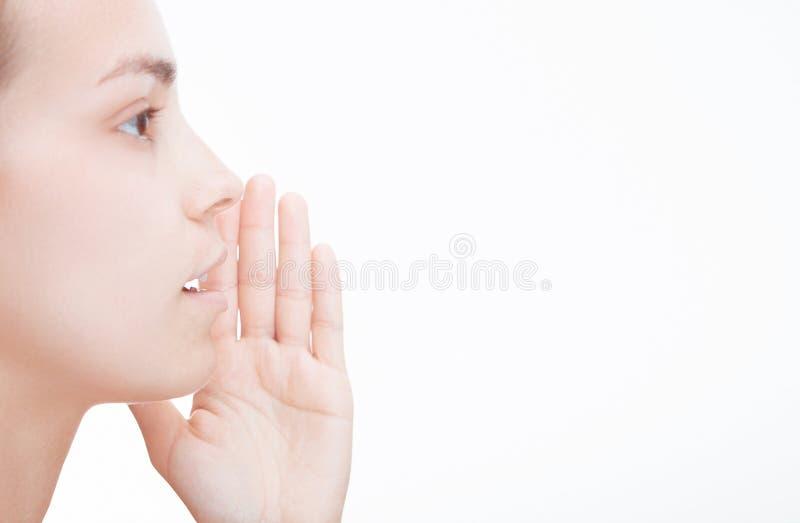 A mulher fala, sussurra, dizendo foto de stock royalty free