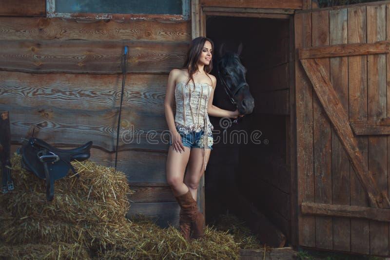A mulher fala a um cavalo foto de stock