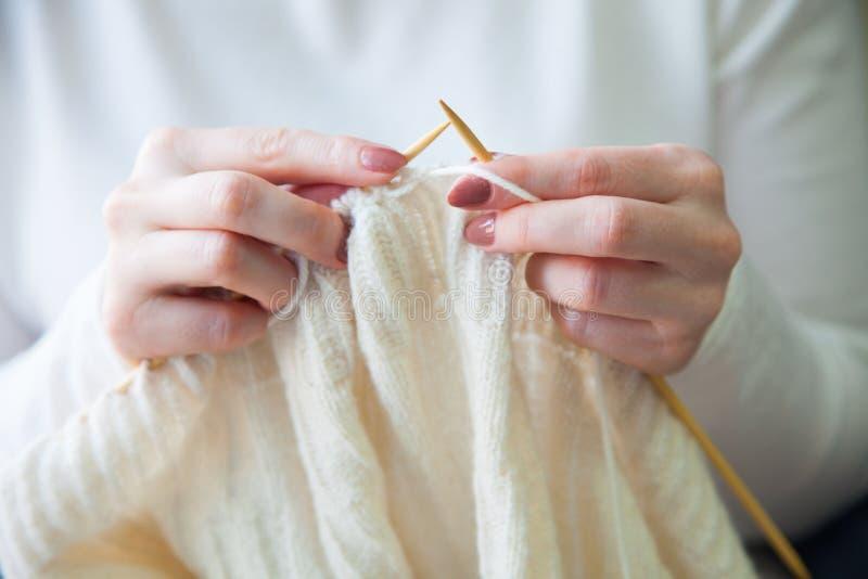 A mulher faz malha a roupa de lã Agulhas de confecção de malhas Close-up Natu foto de stock royalty free
