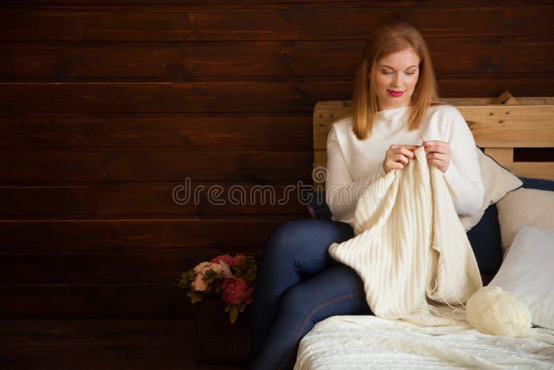 A mulher faz malha a roupa de lã Agulhas de confecção de malhas Close-up Natu fotos de stock