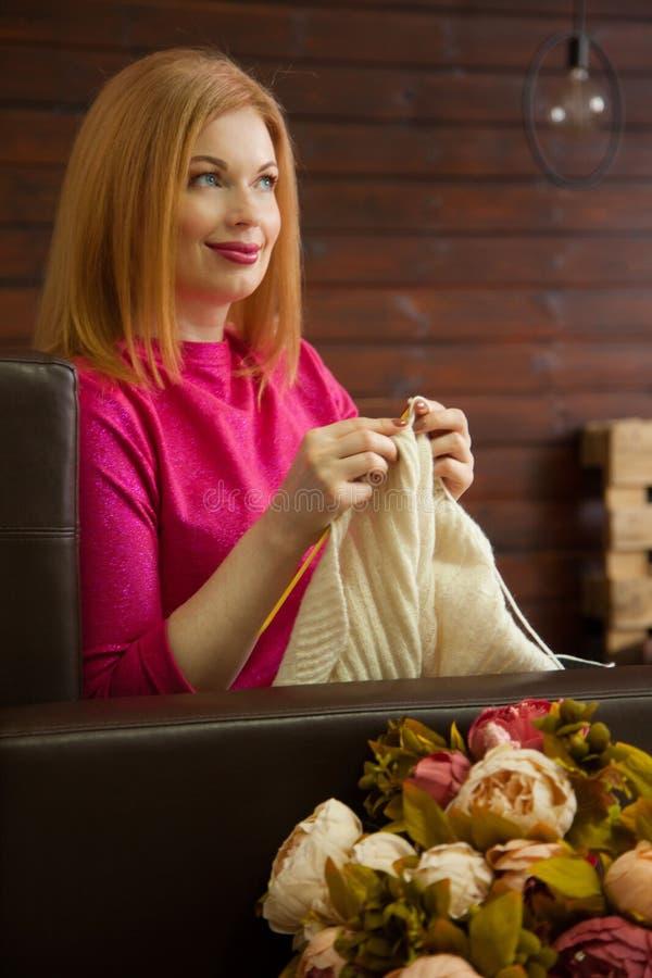 A mulher faz malha a roupa de lã Agulhas de confecção de malhas Close-up Natu imagens de stock