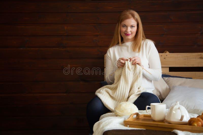 A mulher faz malha a roupa de lã Agulhas de confecção de malhas Close-up Natu imagem de stock royalty free
