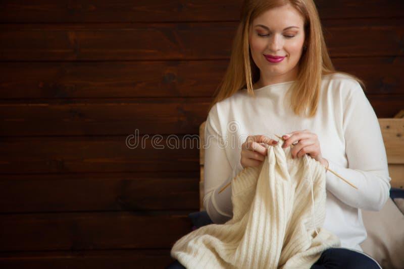 A mulher faz malha a roupa de lã Agulhas de confecção de malhas Close-up Natu imagem de stock