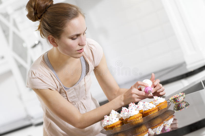 A mulher faz muffin imagens de stock royalty free