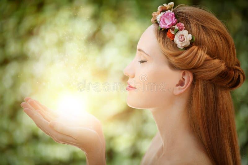 Mulher feericamente bonita com fulgor nas mãos imagens de stock royalty free