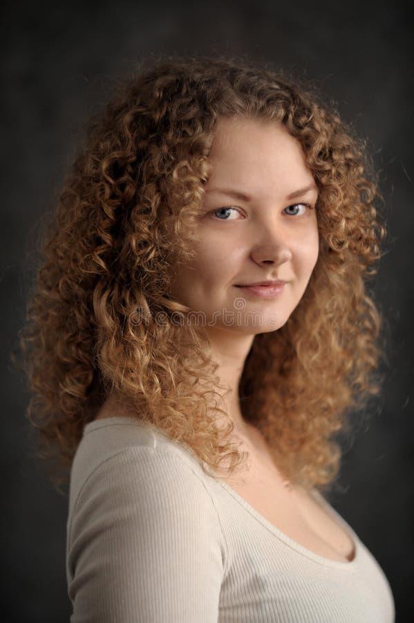 Mulher feericamente de sorriso com cabelo encaracolado vermelho, peito grande, baixo pescoço de imagens de stock royalty free