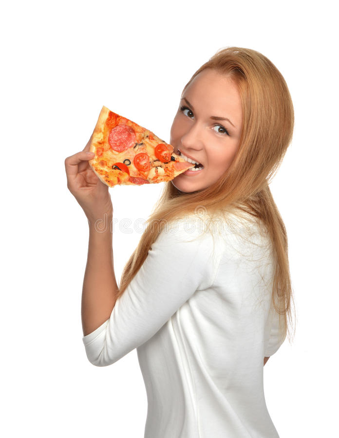A mulher feliz aprecia comer a fatia de pizza de pepperoni com tomates fotos de stock royalty free