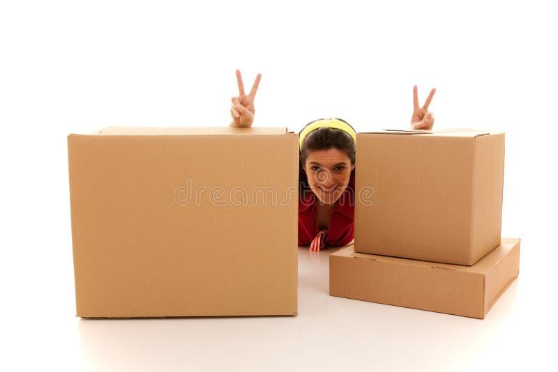 Mulher feliz atrás das caixas imagem de stock royalty free