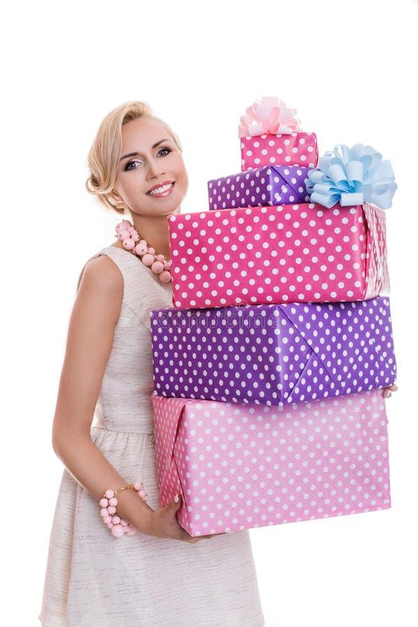 Mulher feliz bonita com caixas de presente coloridas imagem de stock