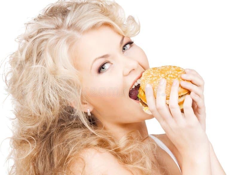 Mulher feliz bonita com hamburguer fotos de stock
