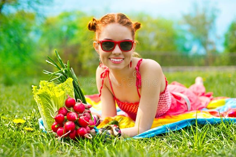 Mulher feliz bonita com vegetais coloridos imagens de stock