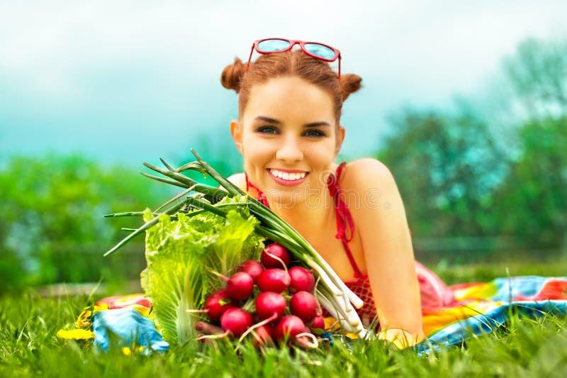 Mulher feliz bonita com vegetais coloridos imagem de stock royalty free