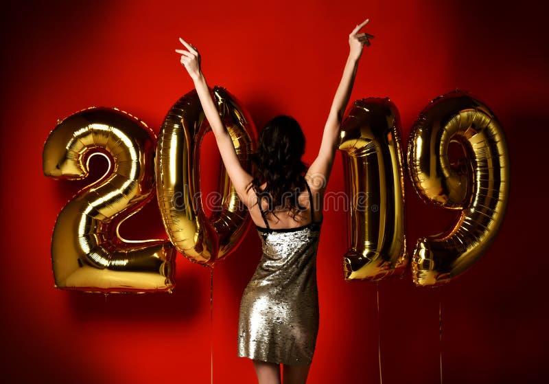 Mulher feliz bonita de surpresa da mulher à moda alegre em Eve Party de ano novo do partido da celebração fotos de stock